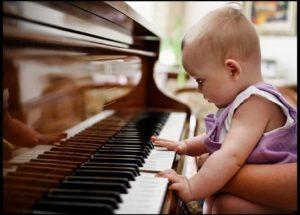 Mua đàn piano cơ cho bé mới tập chơi đàn