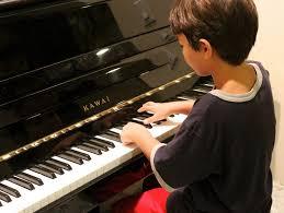 Các bé trai có nên học đàn piano hay không?