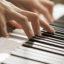 Luyện ngón bằng piano điện có hư tay không?