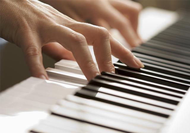 luyen-ngon-bang-piano-dien-co-bi-dau-tay-khong