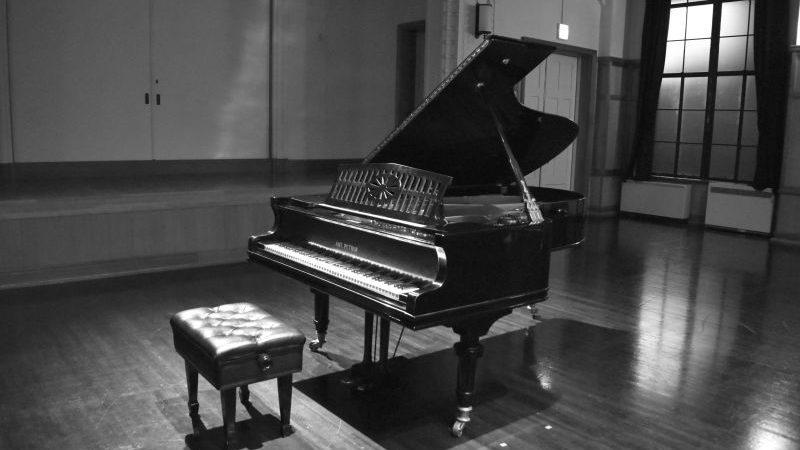Tiếng Piano trong phòng nhạc lúc nửa đêm: Câu chuyện kinh hoàng về đàn piano